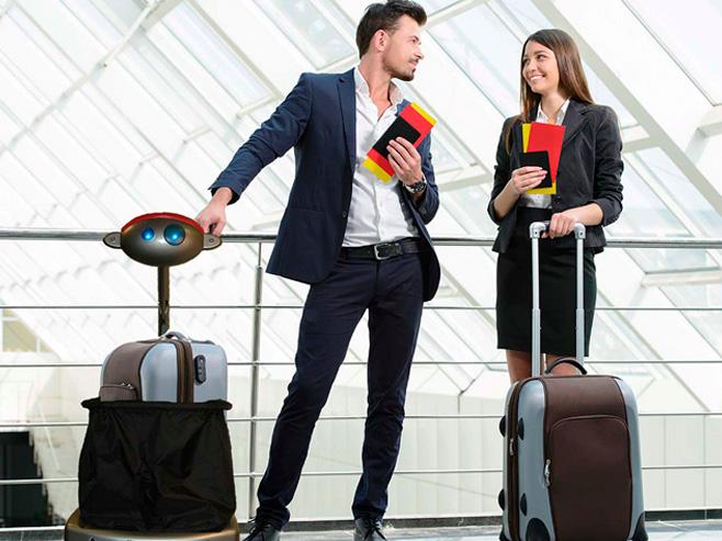 с чемоданами в руках