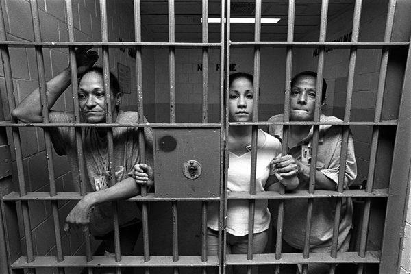Женщина попала в мужскую камеру в тюрьме, что будет